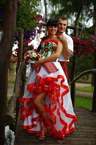 Свадебное платья с красной вставкой