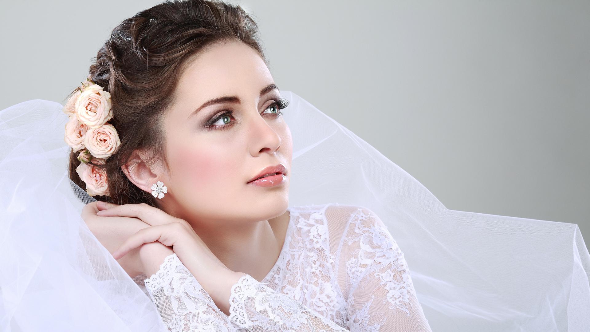 Фото причесок на свадьбу к кружевному платью