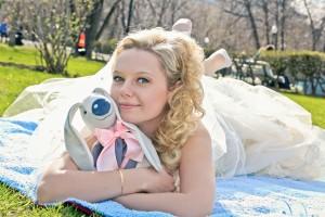 Любимая игрушка может стать отличным аксессуаром для свадебной фотосессии